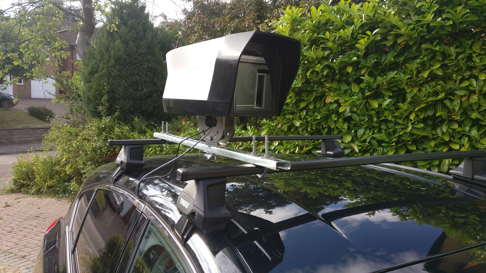 Camera system mounted on the car's roof rack