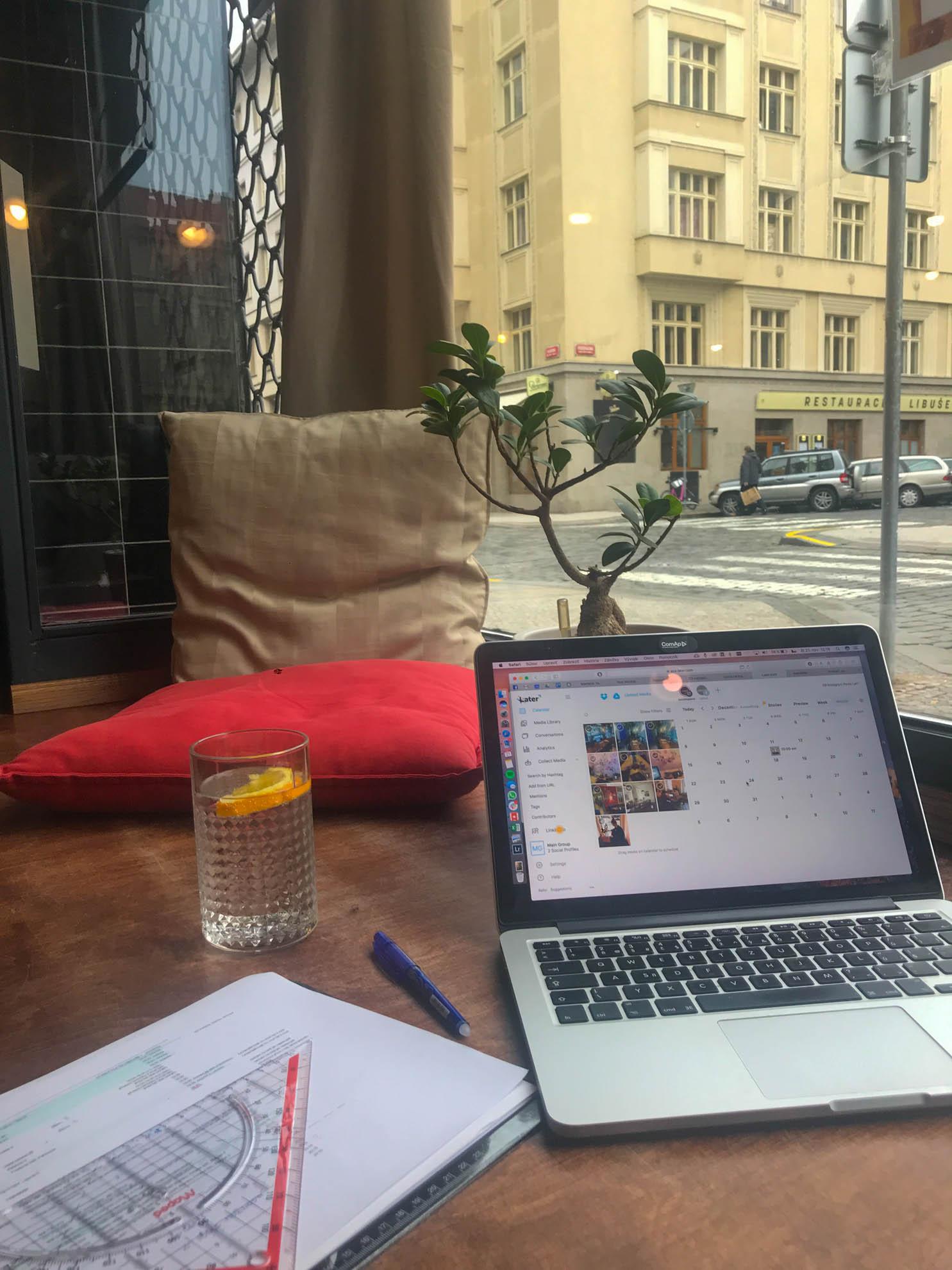 Cafe AdAstra sezení v okně