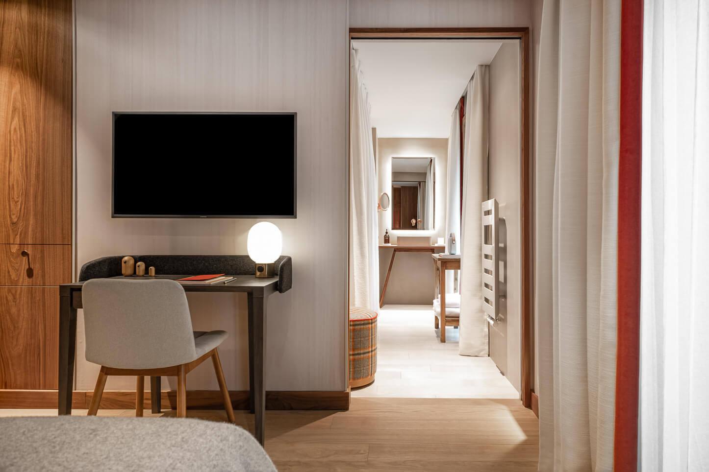 Chambre comfort - harmonies brique, coin bureau et salle de bains