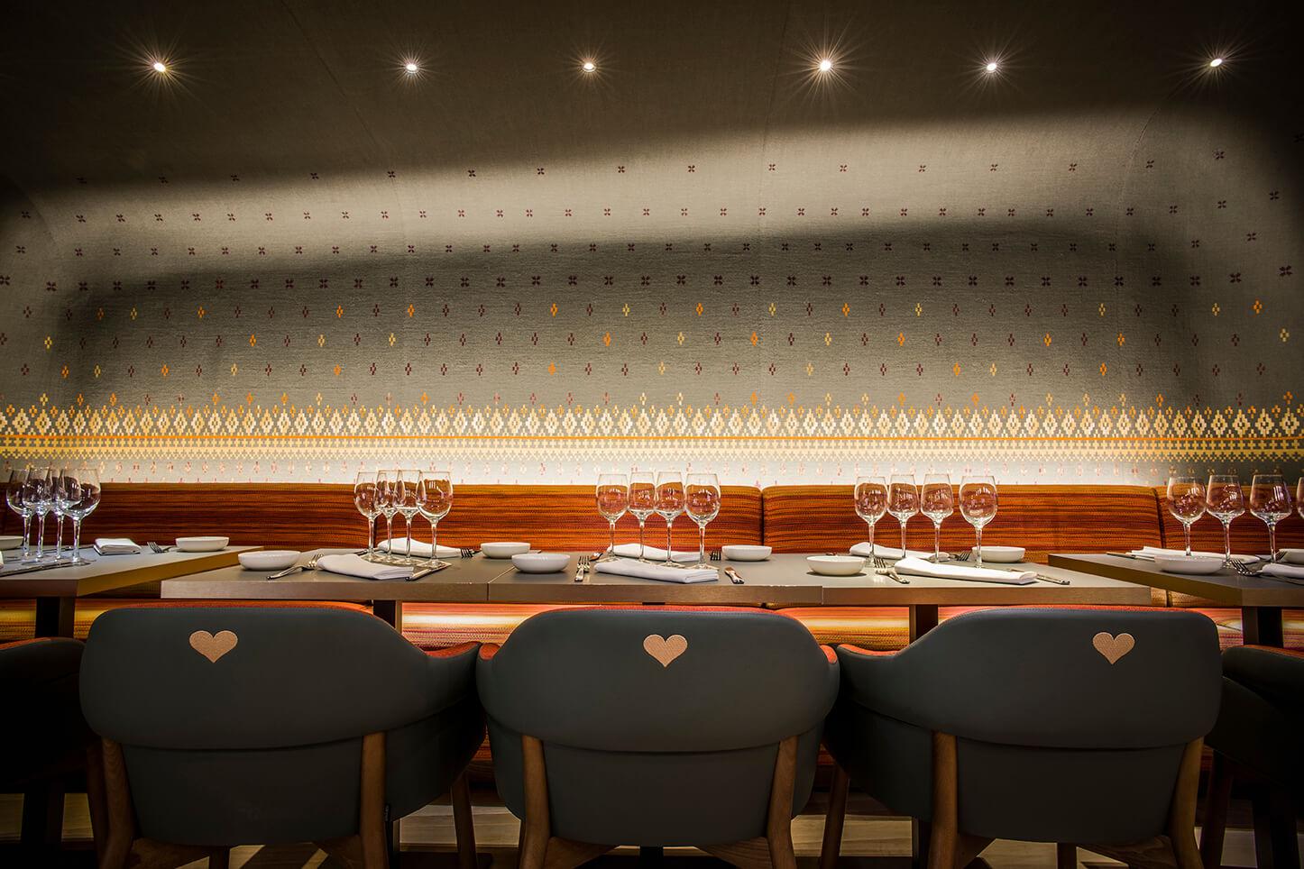 Banquettes dans la salle principale du restaurant La Muse