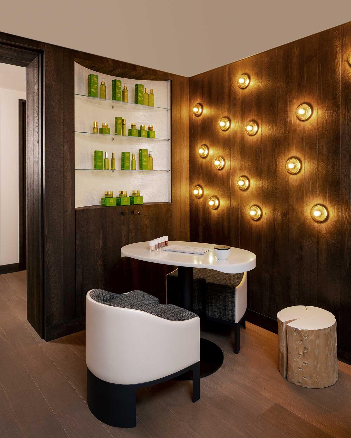 Bar à ongles avec produits Tata Harper sur étagère