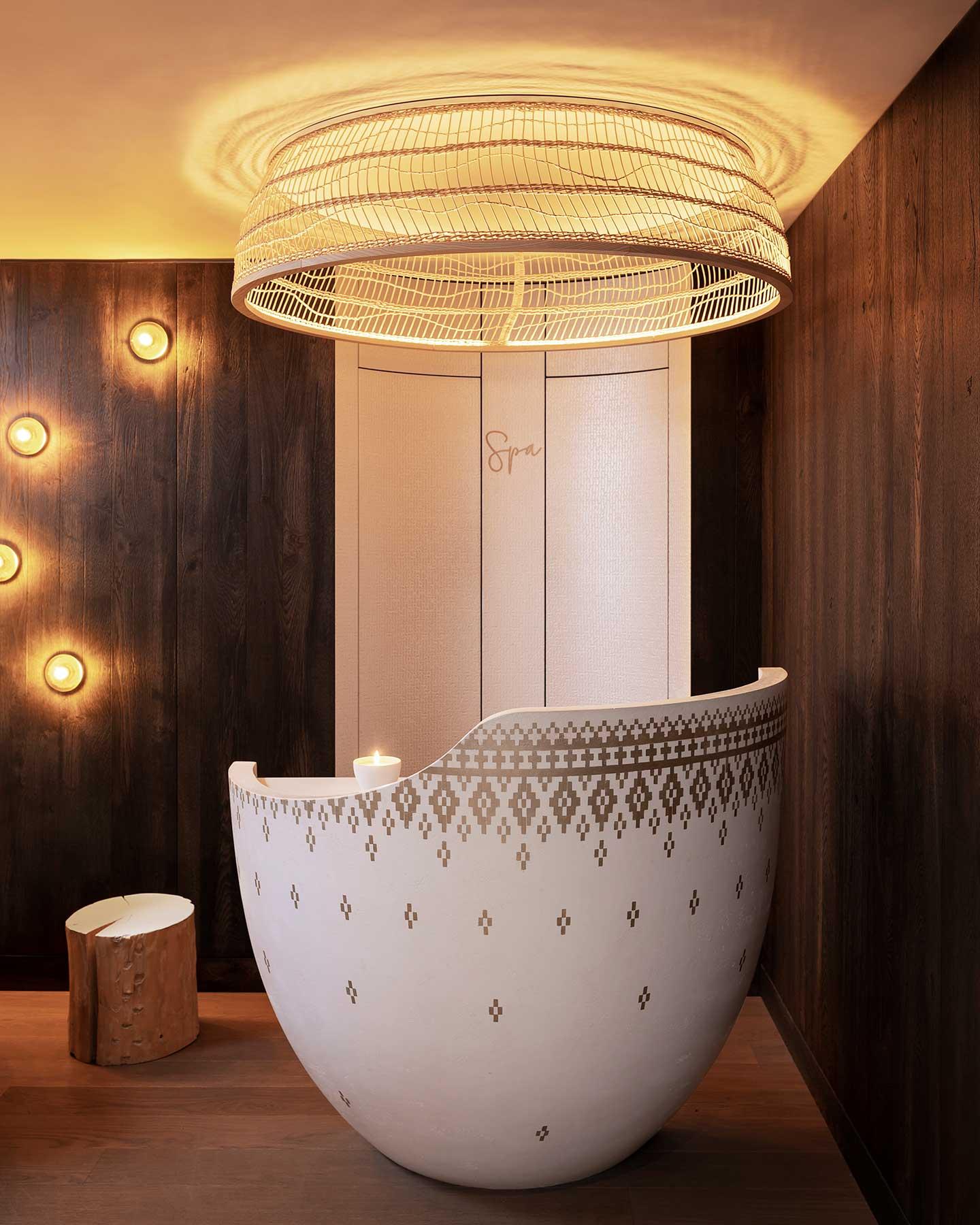 Accueil du spa en forme d'oeuf, appliques bulle sur mur en bois