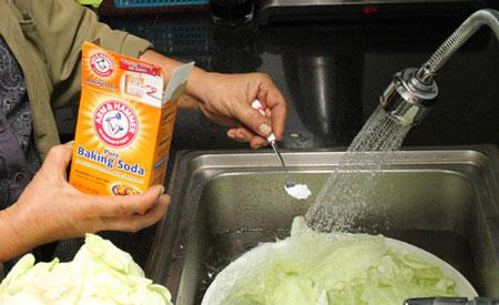 Rửa sạch trái cây, rau củ bằng baking soda