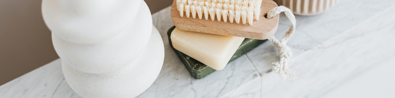Photo des savons et d'une brosse