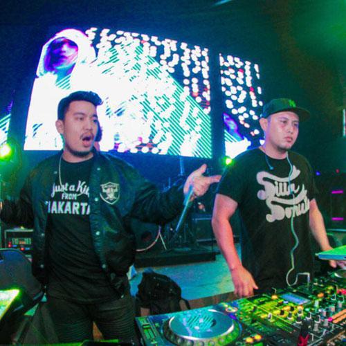 DJ Stan dan MC BAD mengiringi catwalk para resident angel