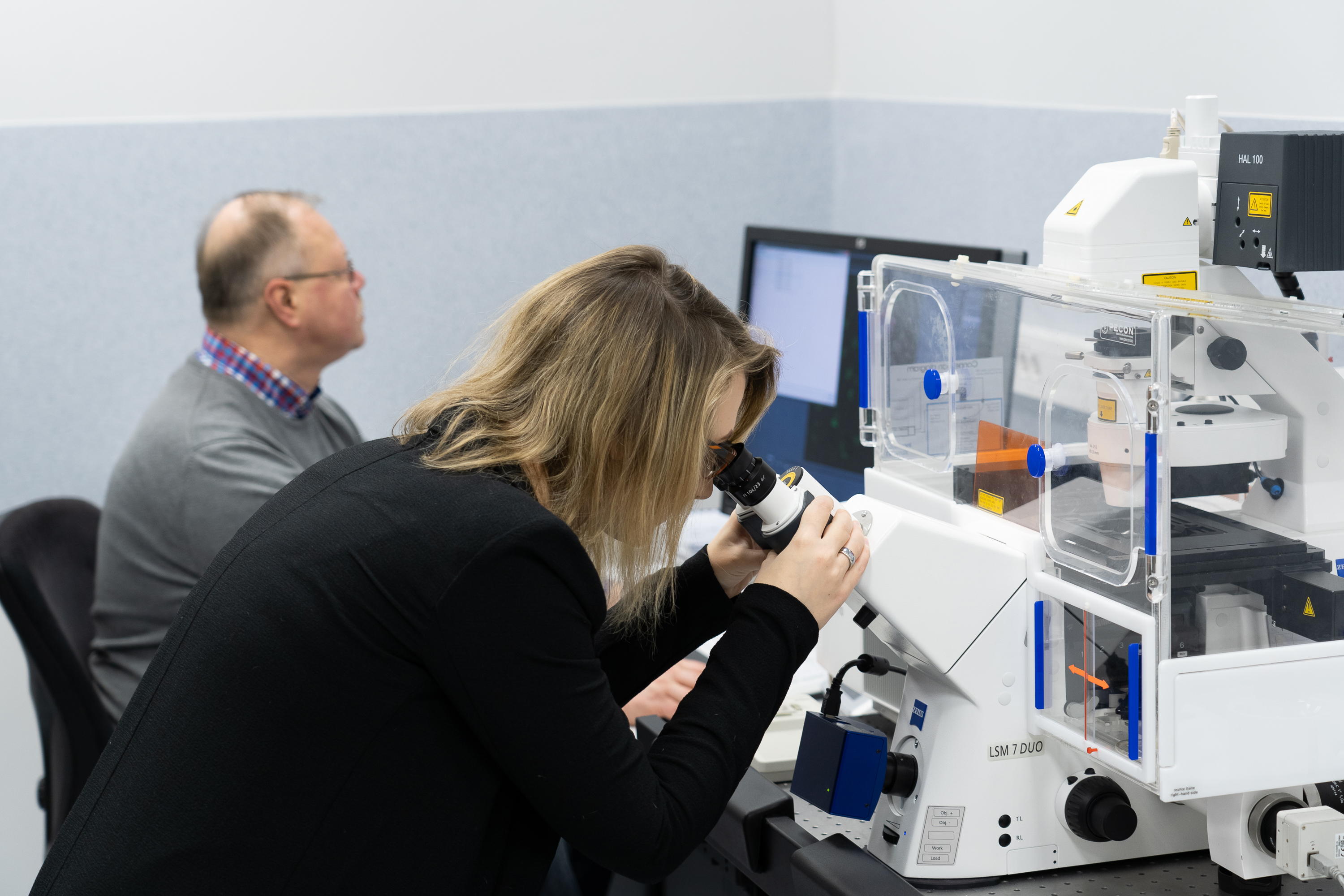 The researchers analyze their images with a ZEISS microscope.