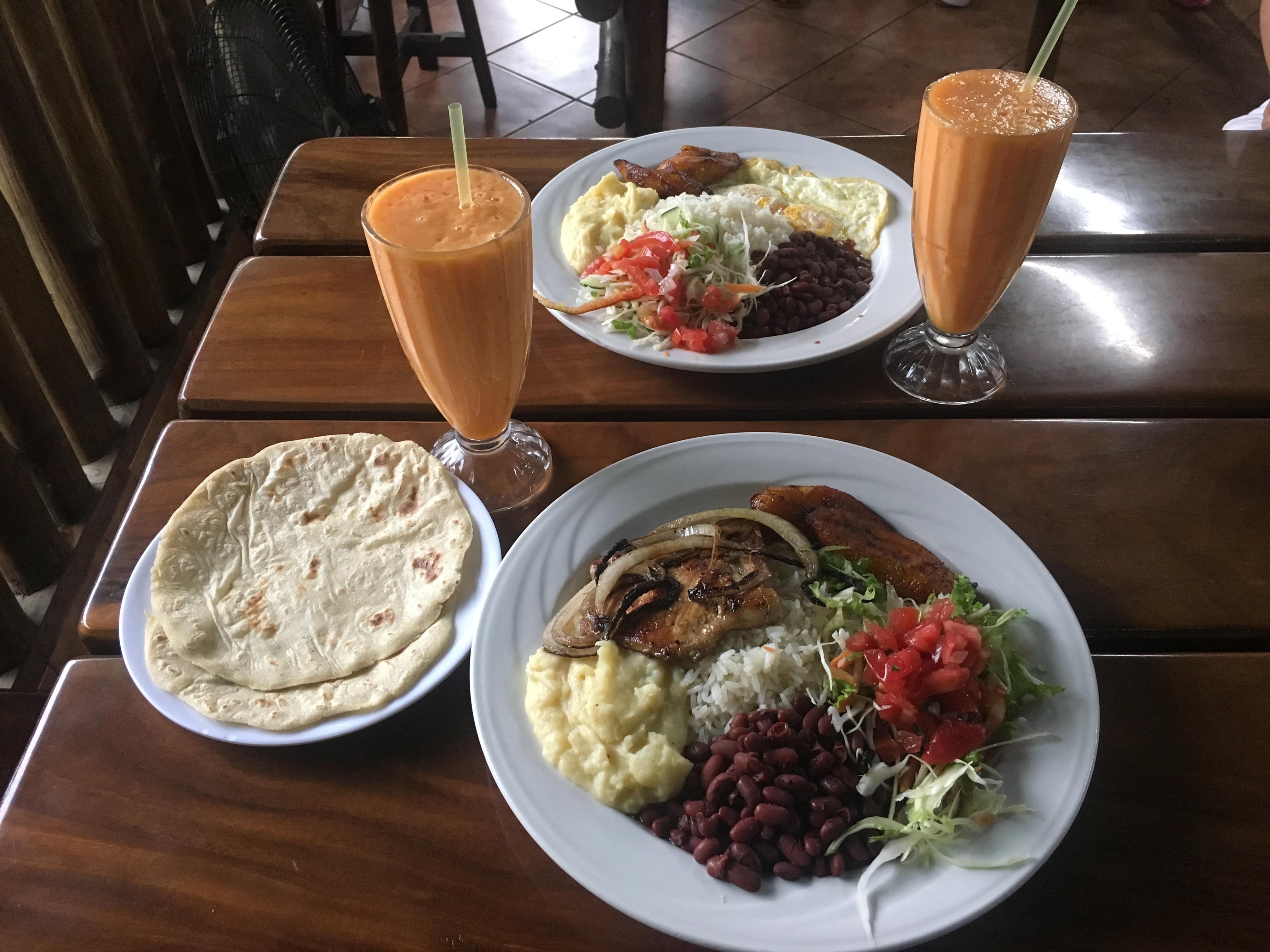 Pour ce repas typique Costa Ricain, nous en avons eu pour environ 9000 colones pour deux avec boissons :)