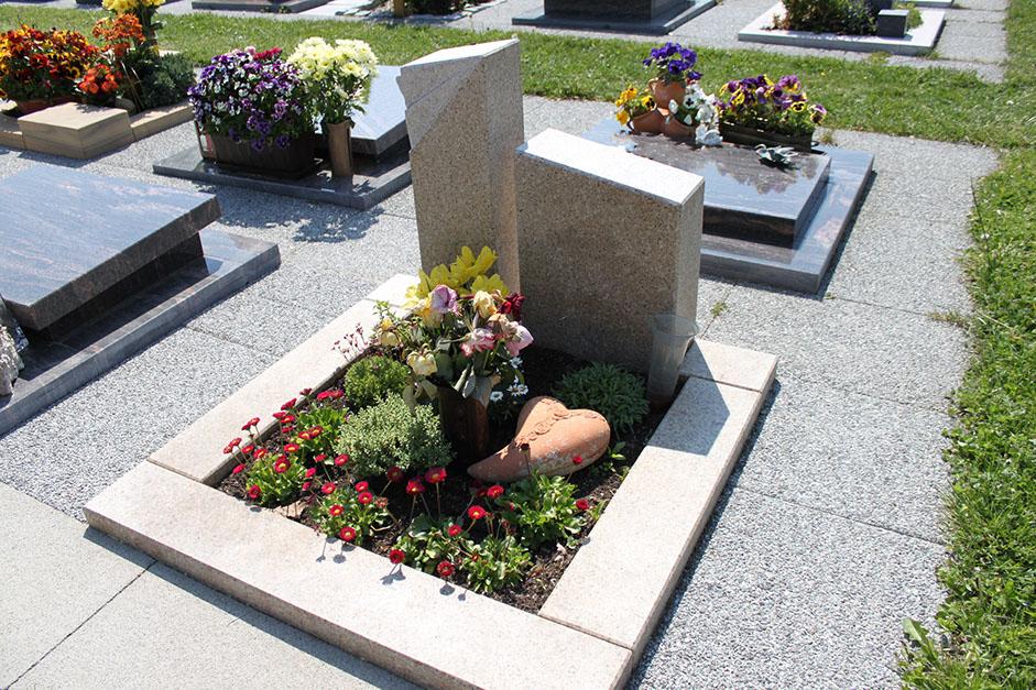 schöne günstige und moderne Grabsteine vom Steinmetz und Bildhauer