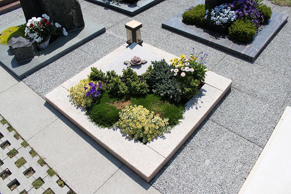 schöne günstige und moderne grabsteine vom steinmetz und bildhauer messerschmidt aus deutschland crailsheim rheine