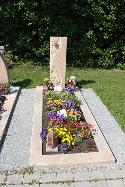 schöne günstige und moderne Grabsteine vom Steinmetz und Bildhauer Messerschmidt