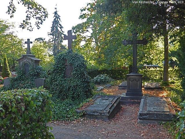 Grabsteine in Wolfsburg Friedhof