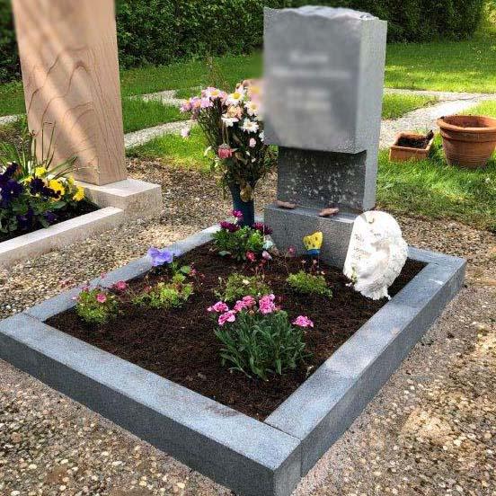 besonderer Urnengrabstein aus Naturstein