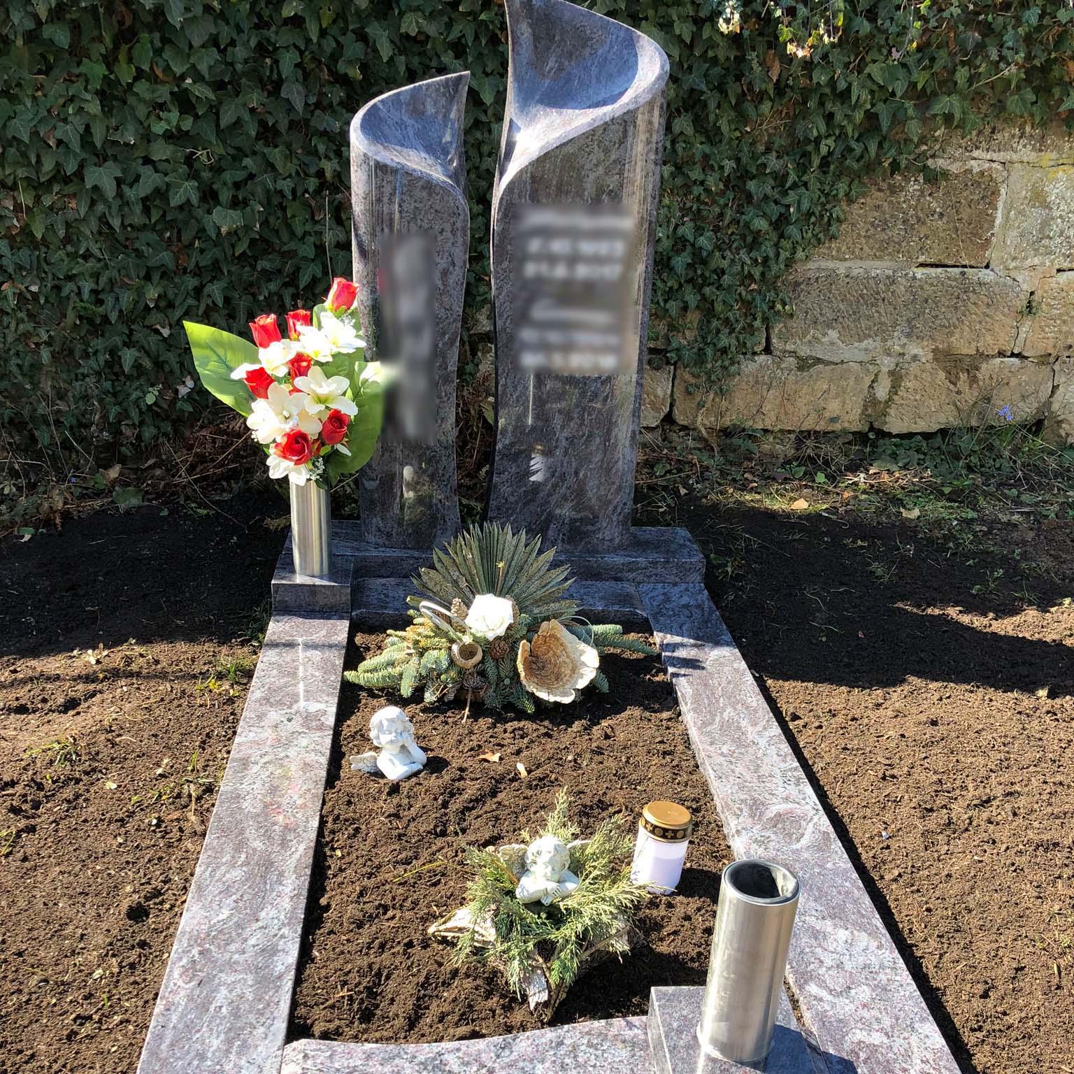 stilvoller Doppelgrabstein auf Friedhof