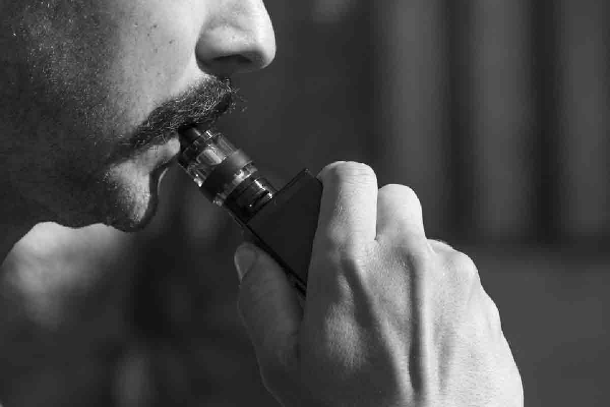 un ragazzo viene ripreso mentre sta fumando una ecig