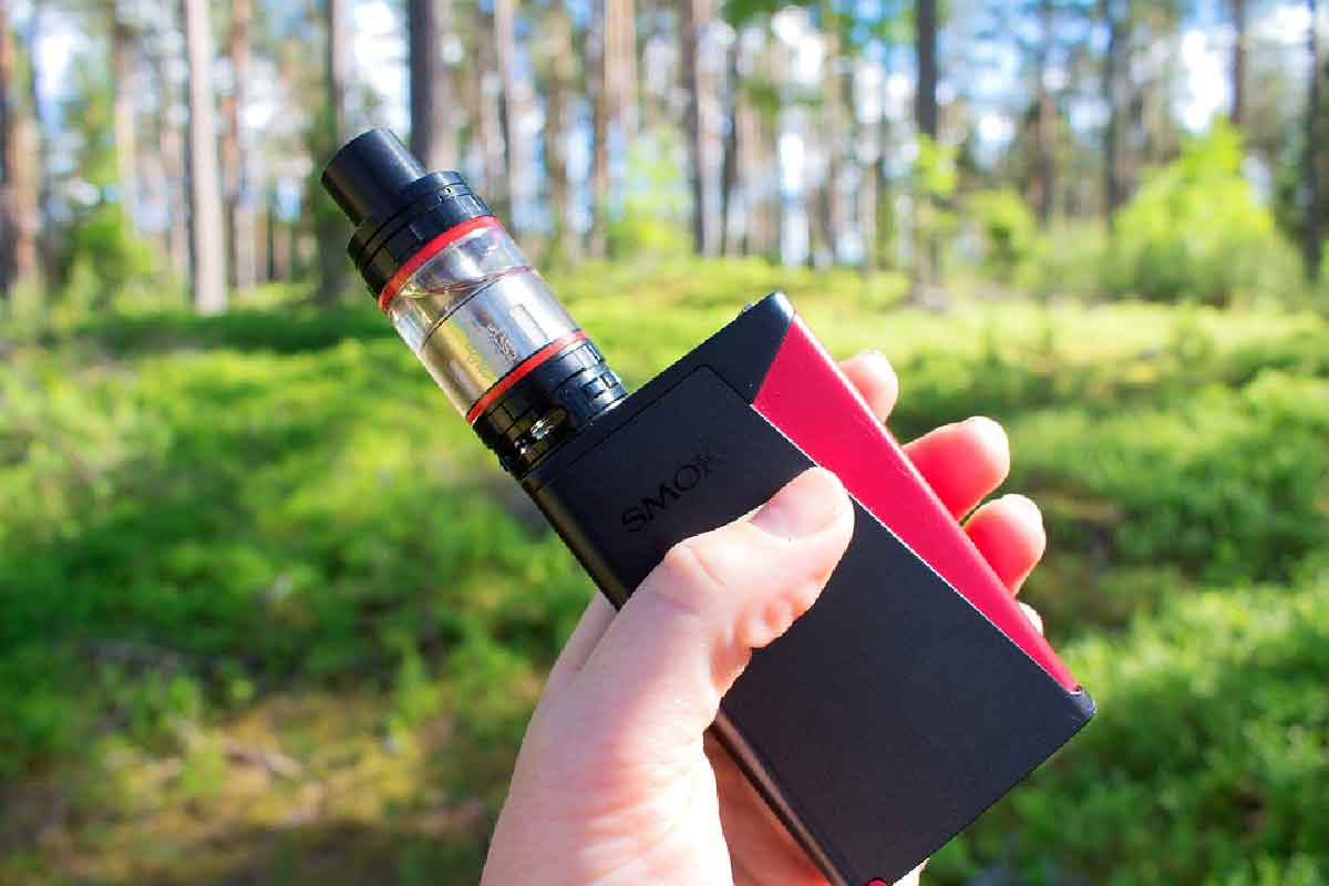 sigaretta elettronica rossa in primo piano