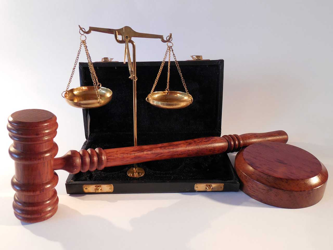 scale of justice and a judge hammer
