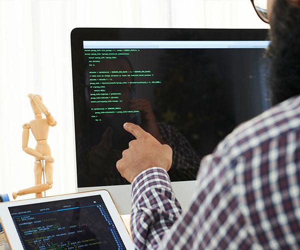 it-engineer-analyzing-code