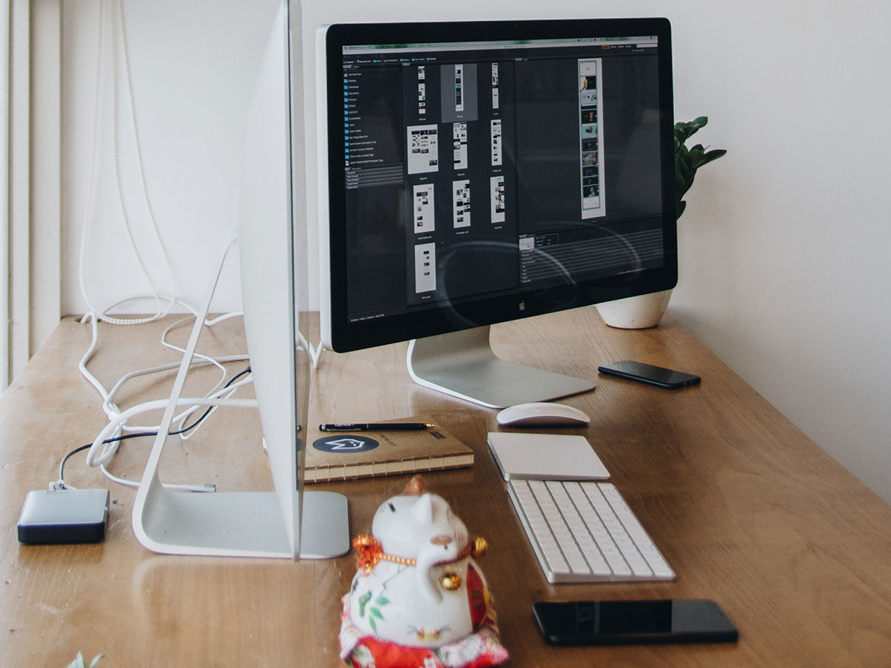 macintosh computer wooden desk