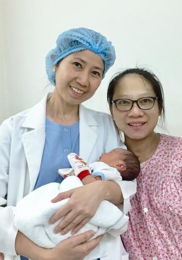 Bác sĩ Ngọc Lan cùng bệnh nhân vô sinh hiếm muộn