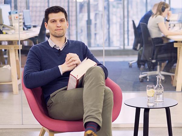 Thumbnail blogartikel over video-jaarverslag - man die in een stoel zit en naar de camera kijkt