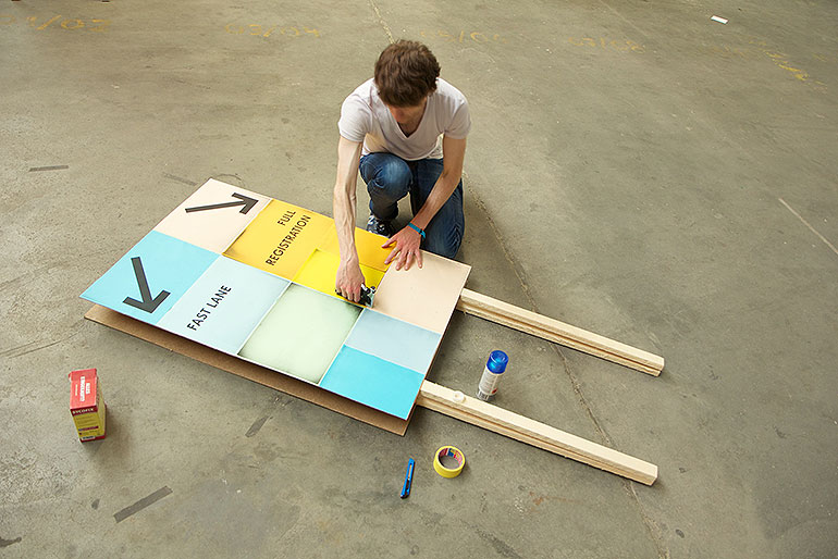 Johannes from precious stapling sheets on a board.