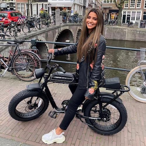 Nederlandse vrouwelijke fashion influencer Stephanie Abu-Sbeih in de top 30 lijst van Influencer DNA