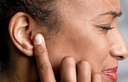 Bị đau vành tai ngoài có sao không và Cách chữa trị