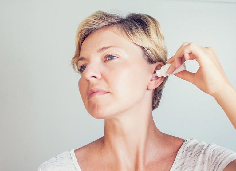 Lỗ tai bị chảy nước và ngứa là bị gì và Có sao không