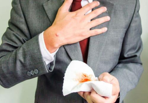Nhổ ra máu là bệnh gì và Cách chữa trị l