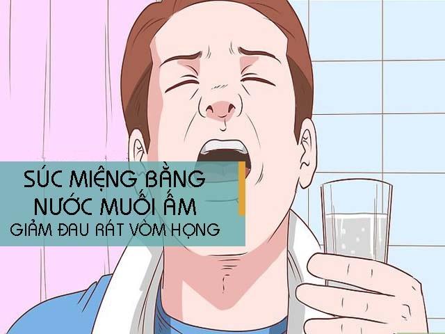 Súc miệng bằng nước muối giảm đau họng khó nuốt