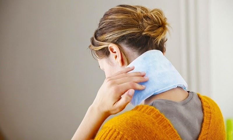 Chườm lạnh là biện pháp bạn có thể thực hiện tại nhà rất an toàn và hiệu quả