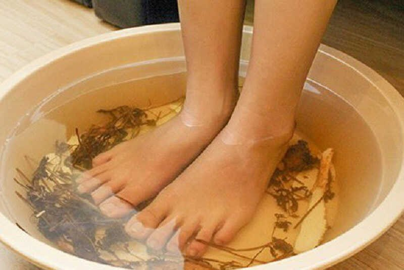 Ngâm chân với lá ngải cứu giúp đả thông kinh lạc, giảm đau