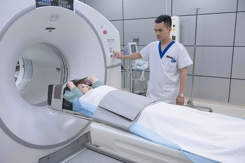 Bệnh nhân được đưa vào buồng chụp cắt lớp vi tính