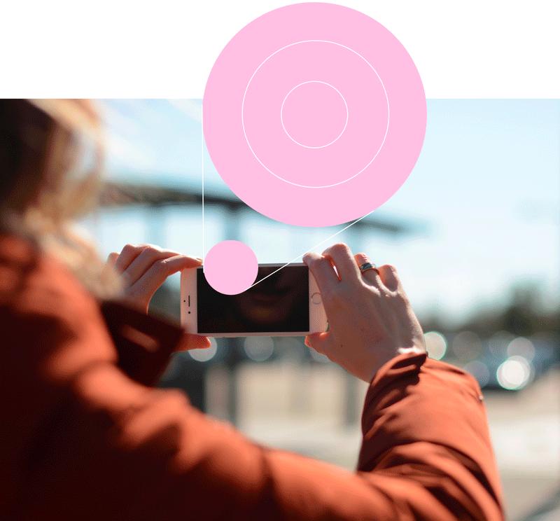 Une personne prend une photo en extérieur pour collecter de l'information