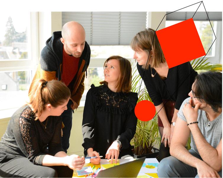 Une équipe projet discute dans un espace de travail convivial