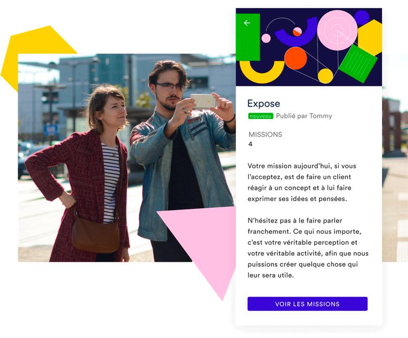 Deux jeunes collaborateurs prennent des photos en extérieur, un écran de l'application Uko décrit leur mission