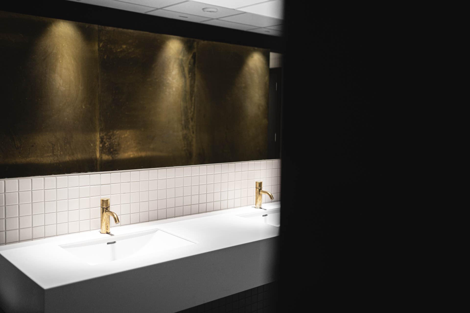 Servant og speil baderom