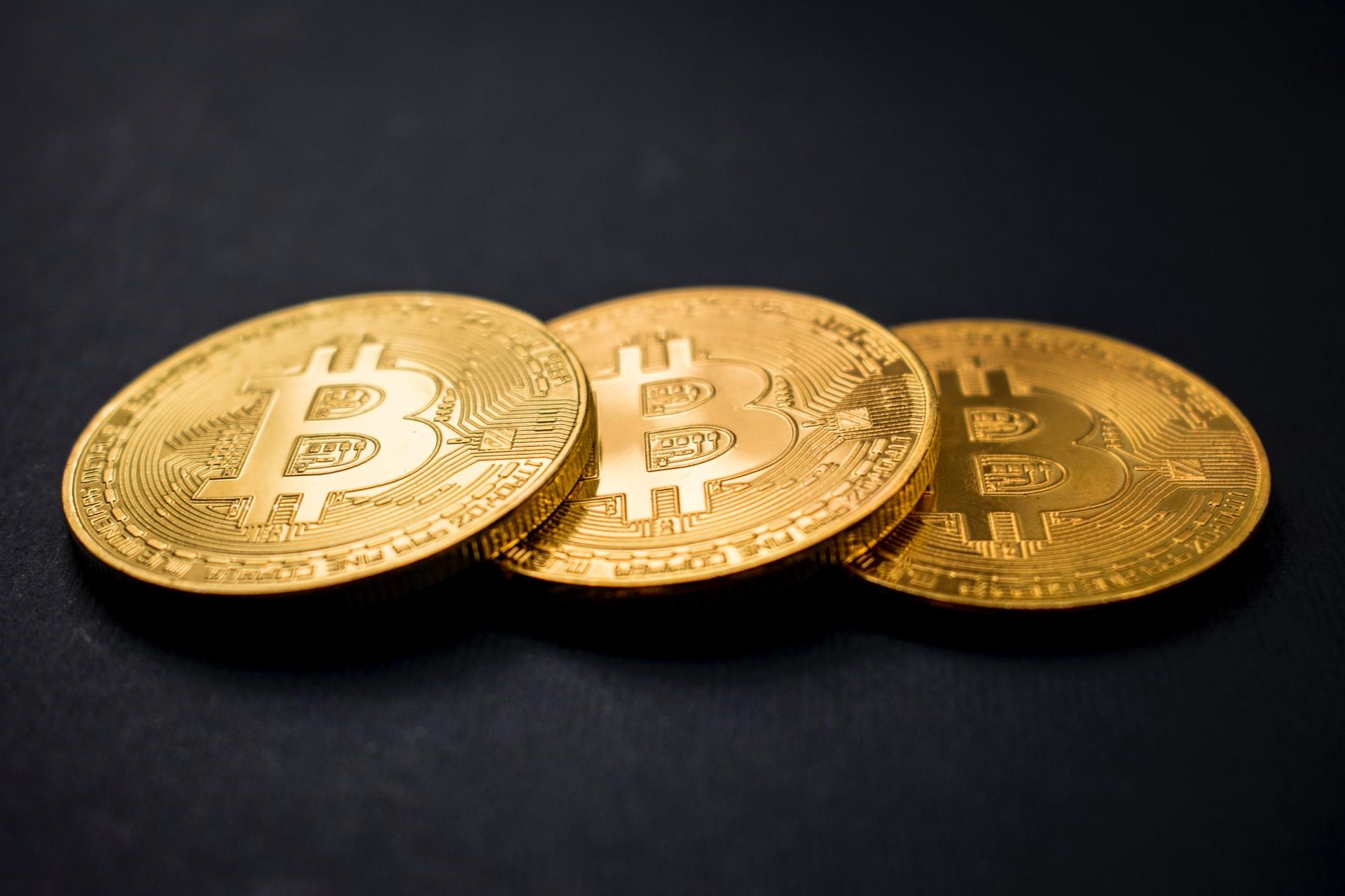 Bitcoin mynter med svart bakgrunn