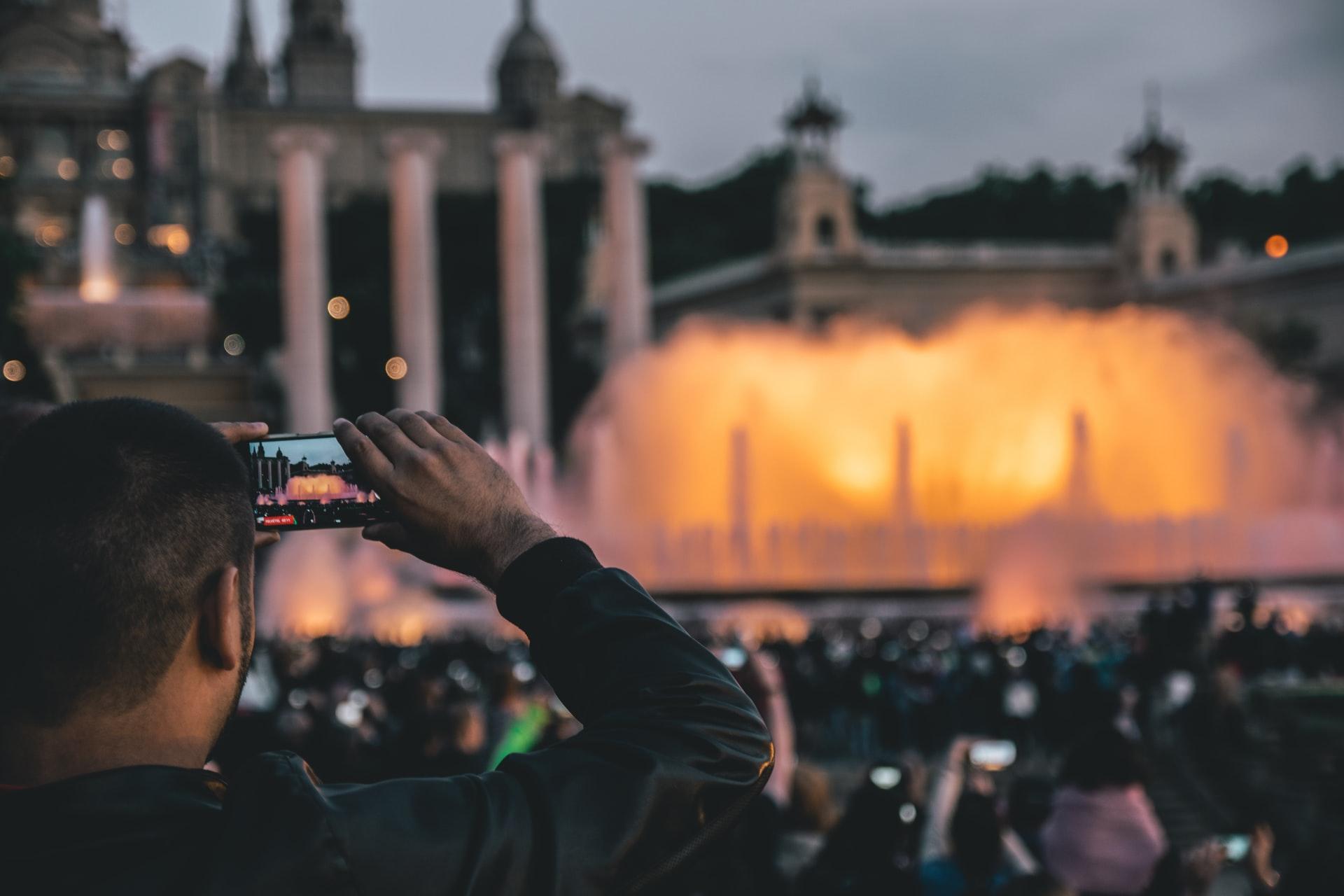 Mann mit Smartphone beim Reisen in Rom