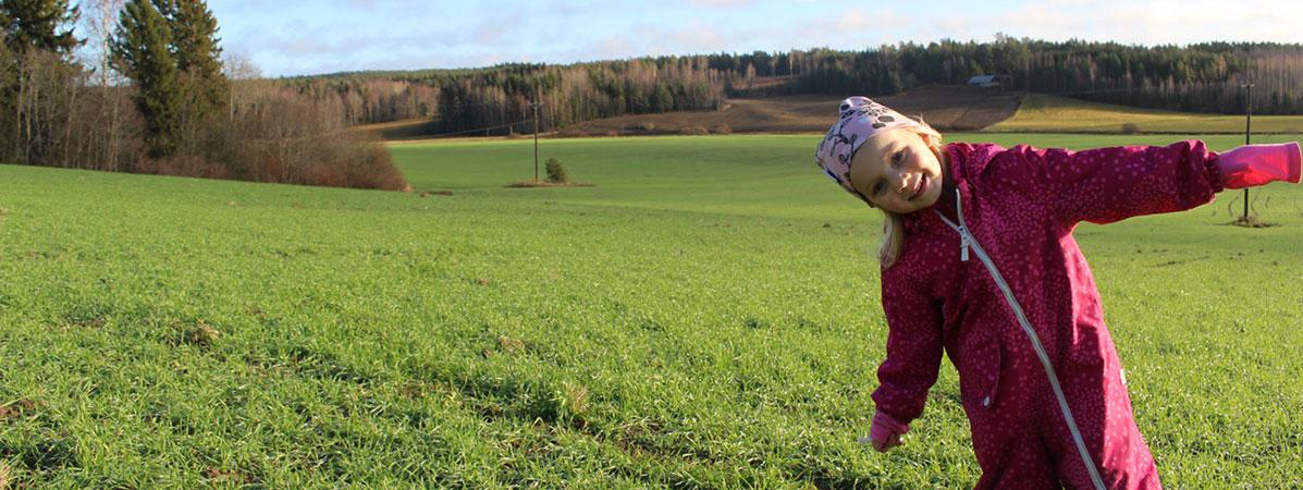 Birkkala gård och dotter på åker