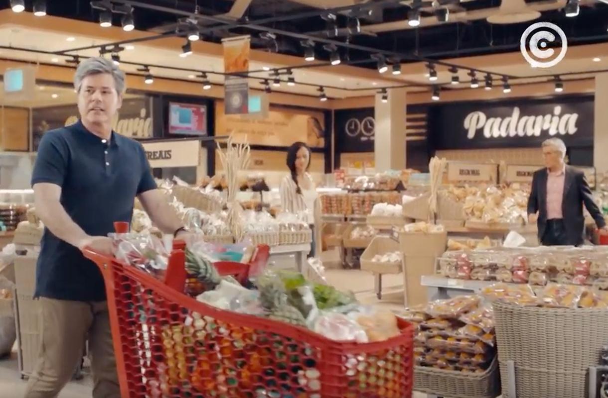 Кадр из рекламы супермаркета Continente с мужчиной с тележной