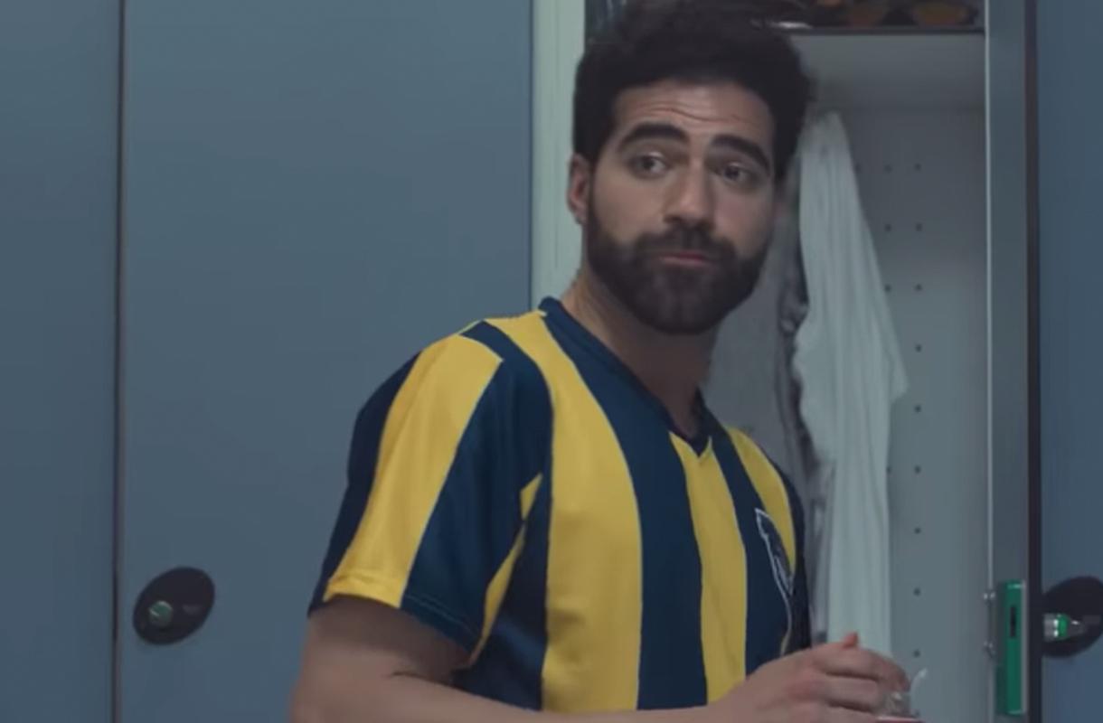 Кадр из рекламы Lidl с мужчиной в спортивной форме в раздевалке