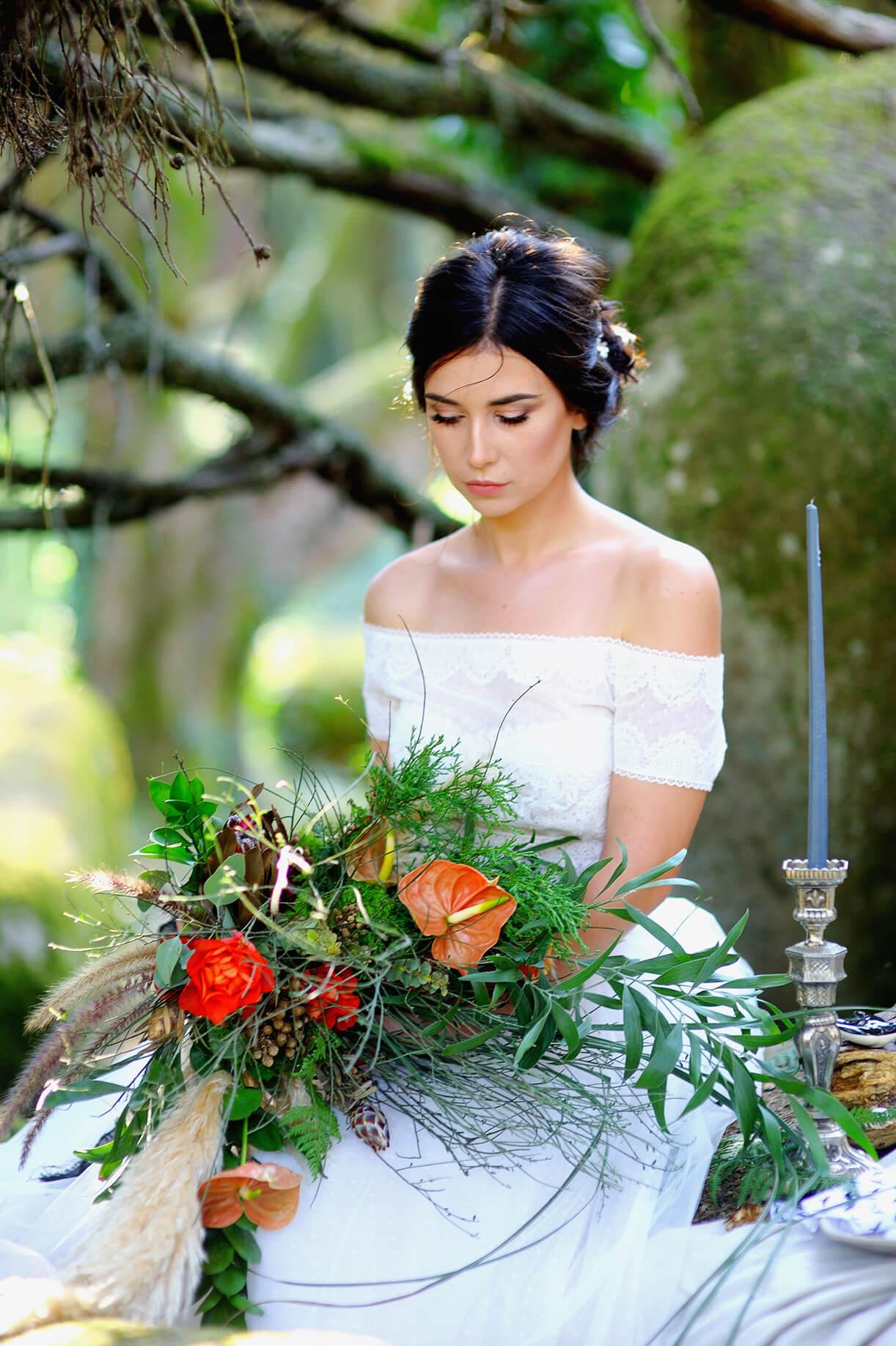 Невеста с пышным букетом в лесу. Свадебный образ