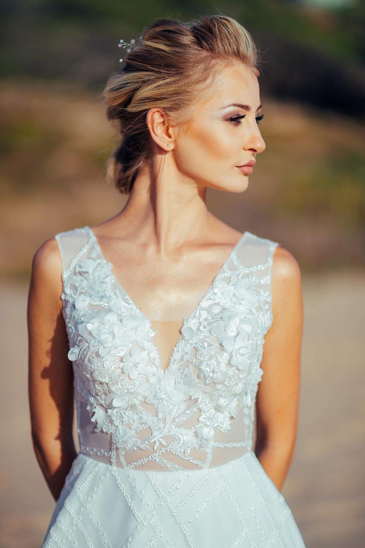 Невеста со свадебным макияжем на пляже