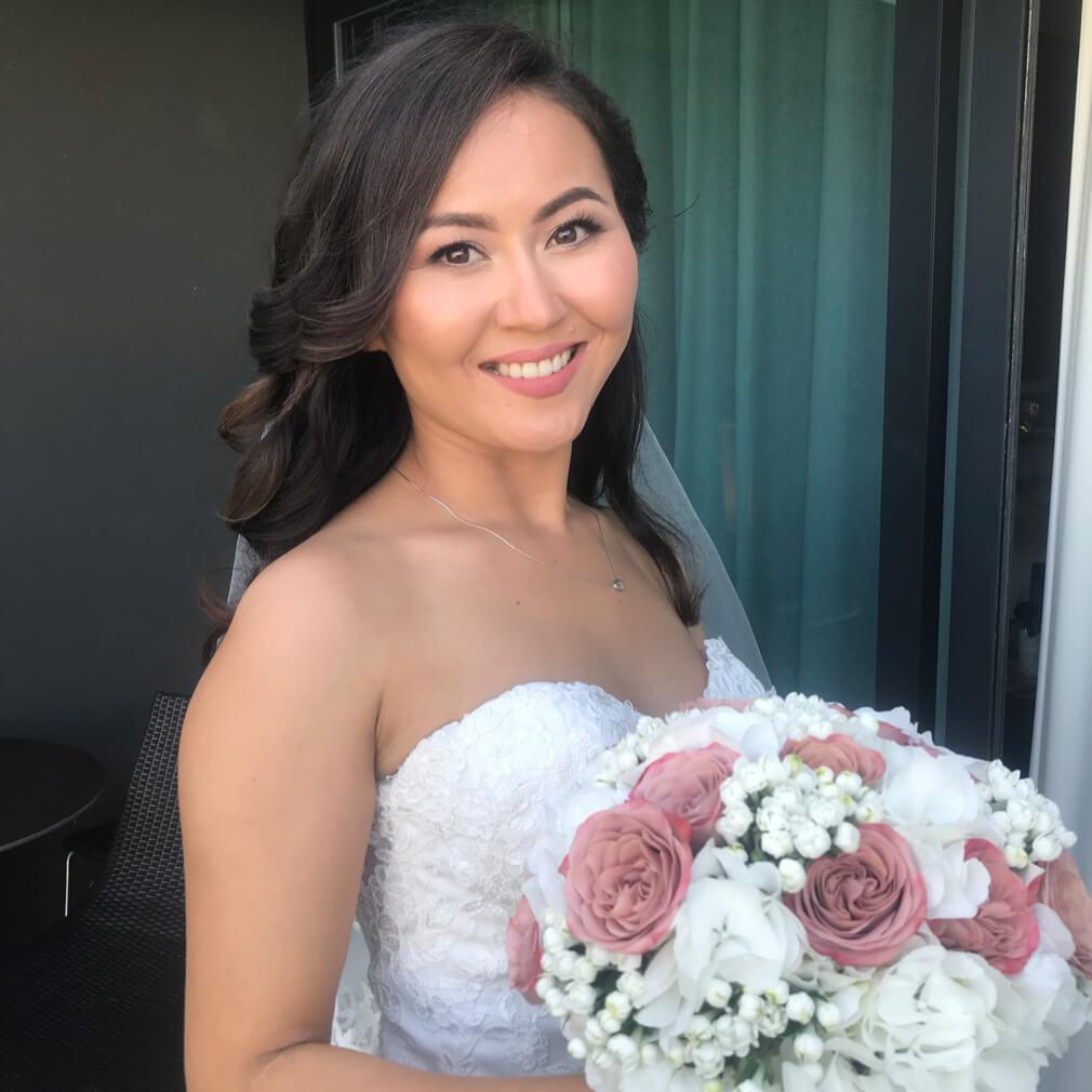 Невеста в свадебном платье с букетом