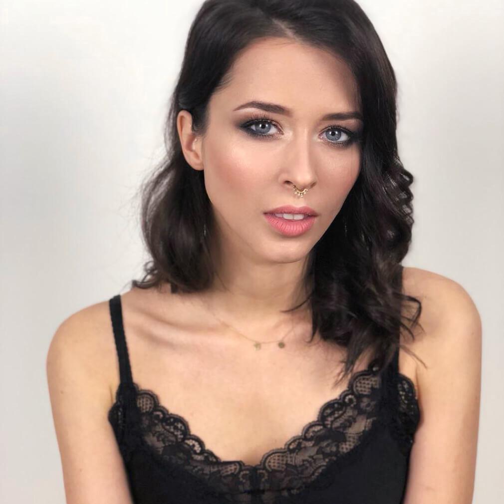 Девушка с вечерним макияжем, черными вьющимися волосами на подготовке к мероприятию