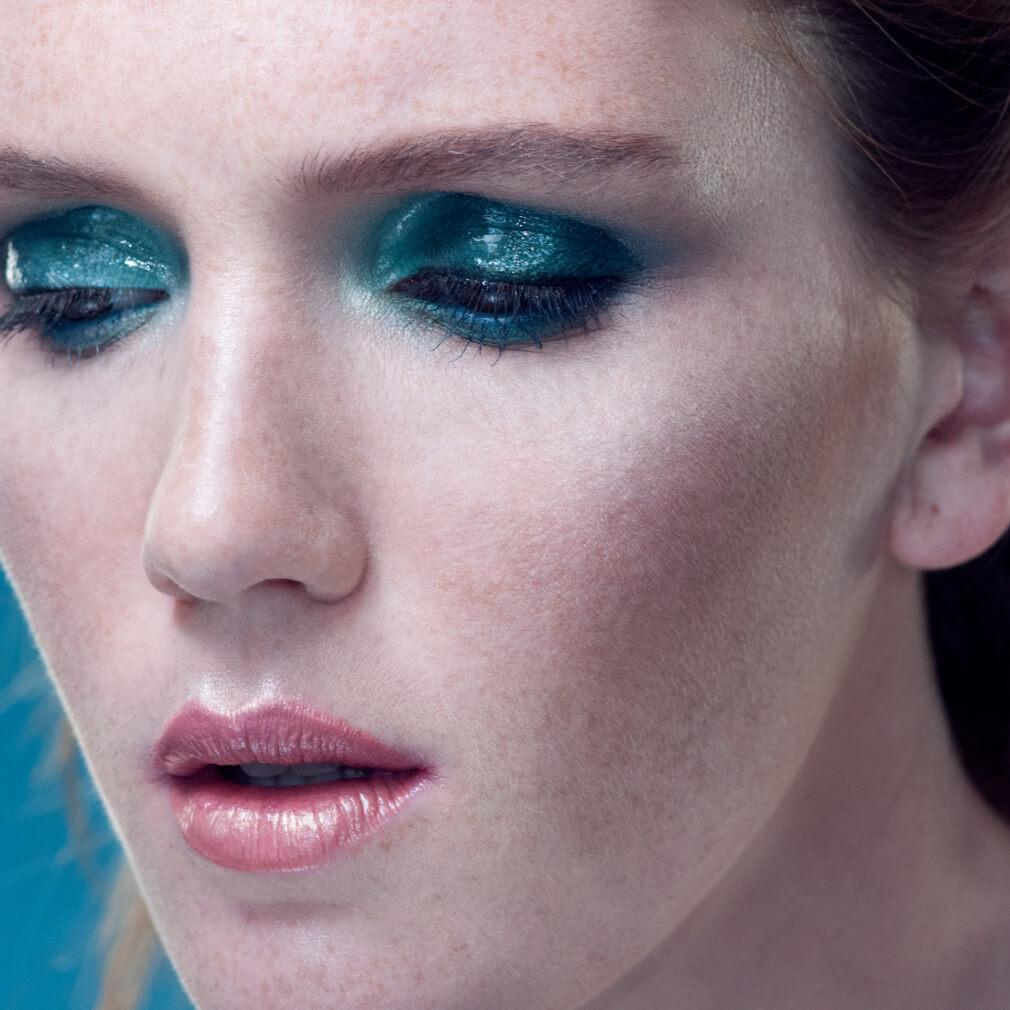 Девушка с голубым макияжем на веках