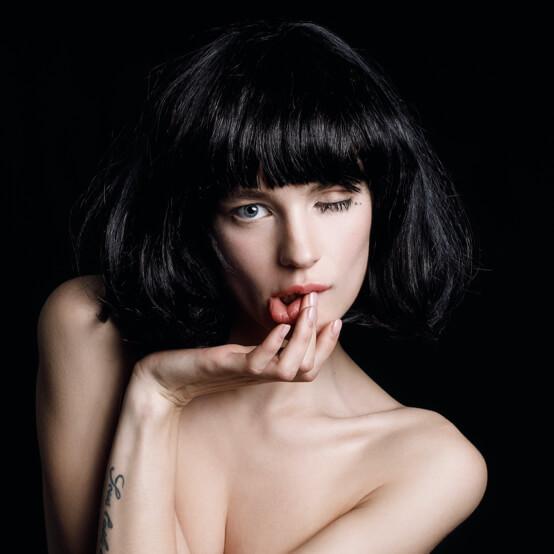 Девушка с темными волосами и фешн-макияжем для фотосессии
