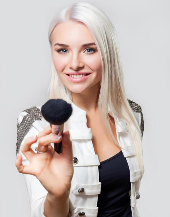 Мастер Ксения Попкова с кистью для макияжа в руках
