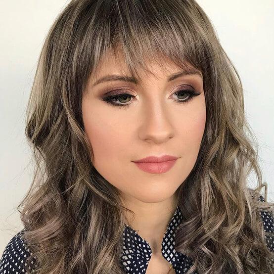 Девушка с макияжем и укладкой